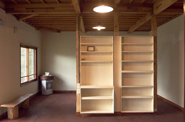 作り付け収納の引き出しを利用して作った棚: ゲンカンパニー / Gen & Co.が手掛けたです。