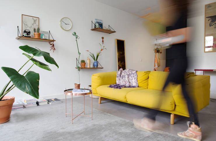 Urban home apartment Amsterdam:  Woonkamer door Studio roos
