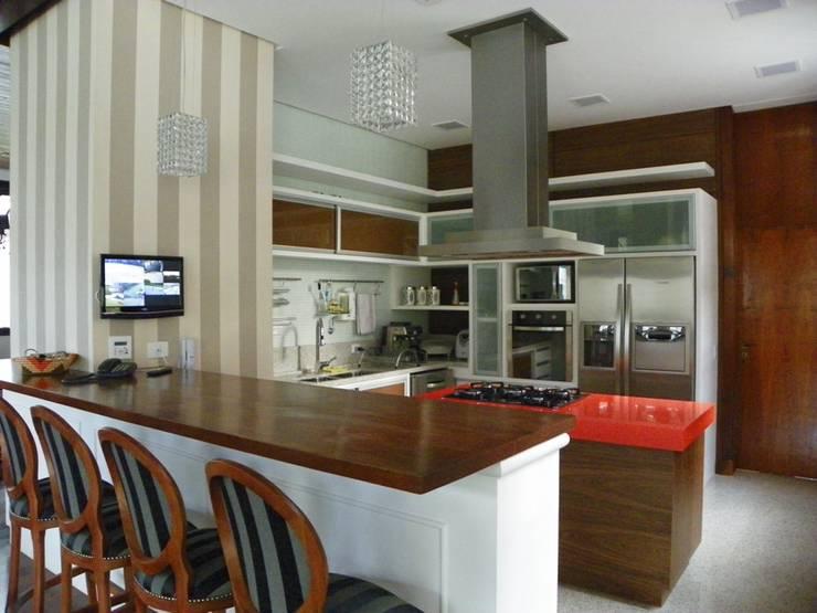 Cozinha: Cozinhas  por BUZZI & SILVA ARQUITETOS ASSOCIADOS,