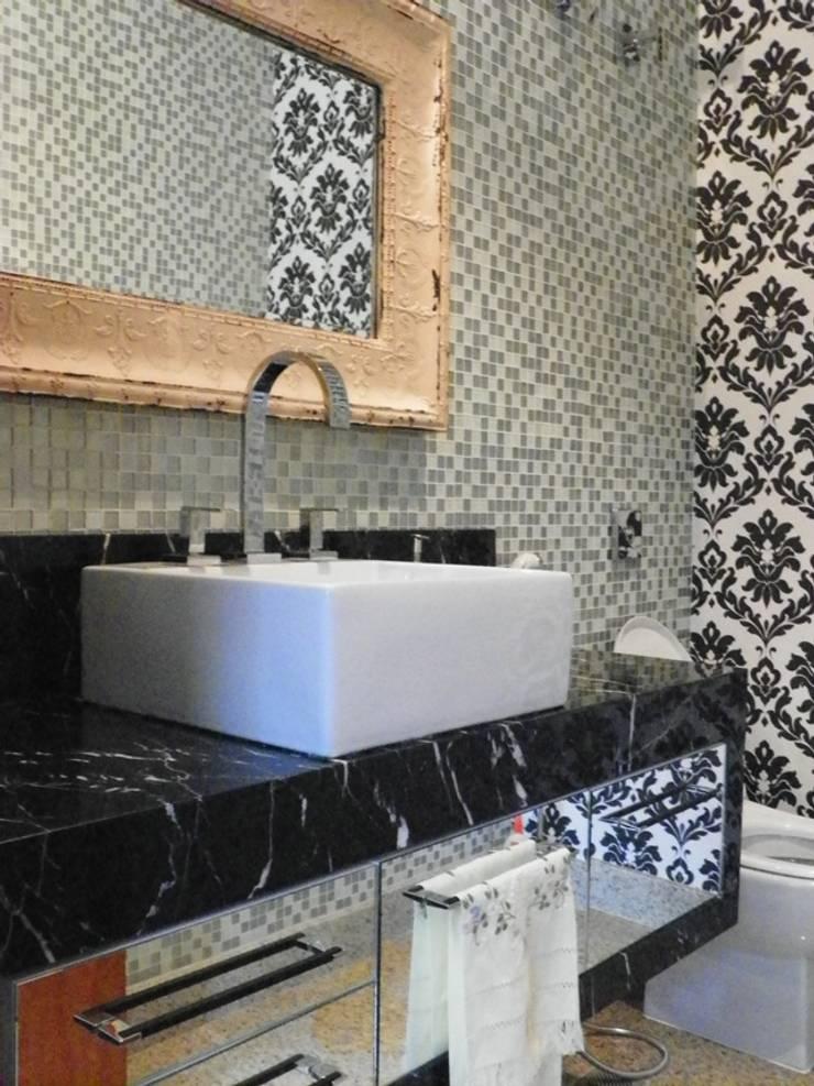 Lavabo: Banheiros  por BUZZI & SILVA ARQUITETOS ASSOCIADOS,