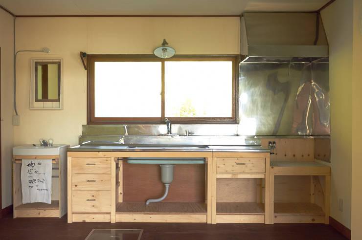 旧キッチンの天板を再利用したふるくてあたらしいキッチン。: ゲンカンパニー / Gen & Co.が手掛けたです。