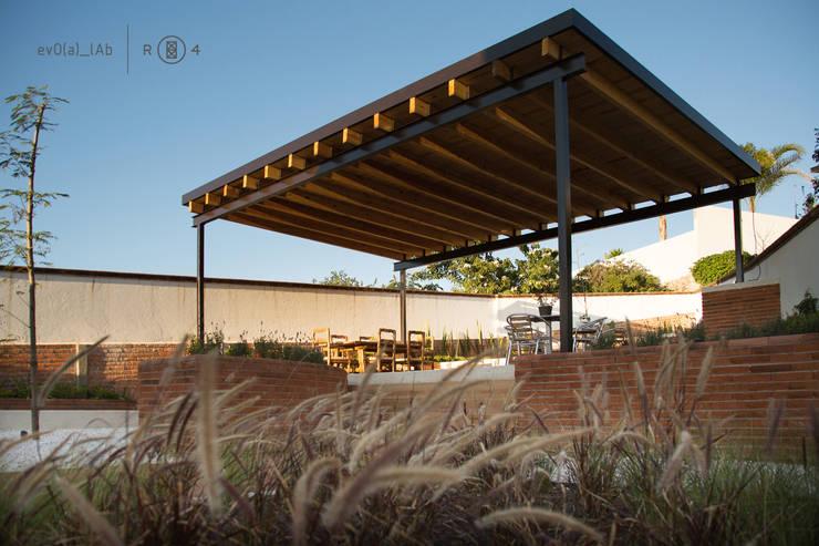 Techumbre exterior: Jardines de estilo  por Región 4 Arquitectura
