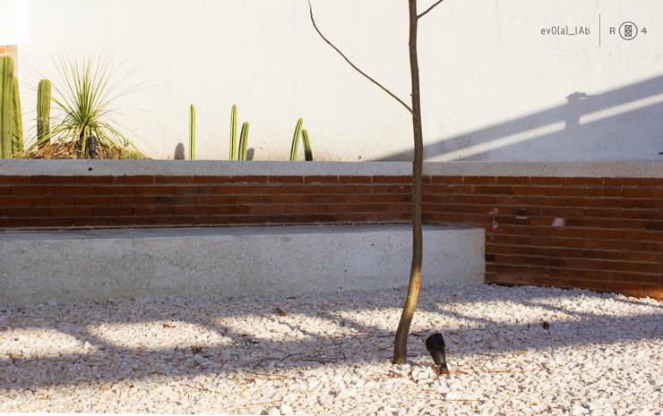 Banca: Jardín de estilo  por Región 4 Arquitectura