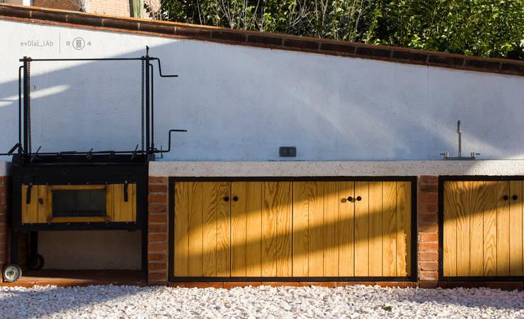 Asador y barra: Jardín de estilo  por Región 4 Arquitectura