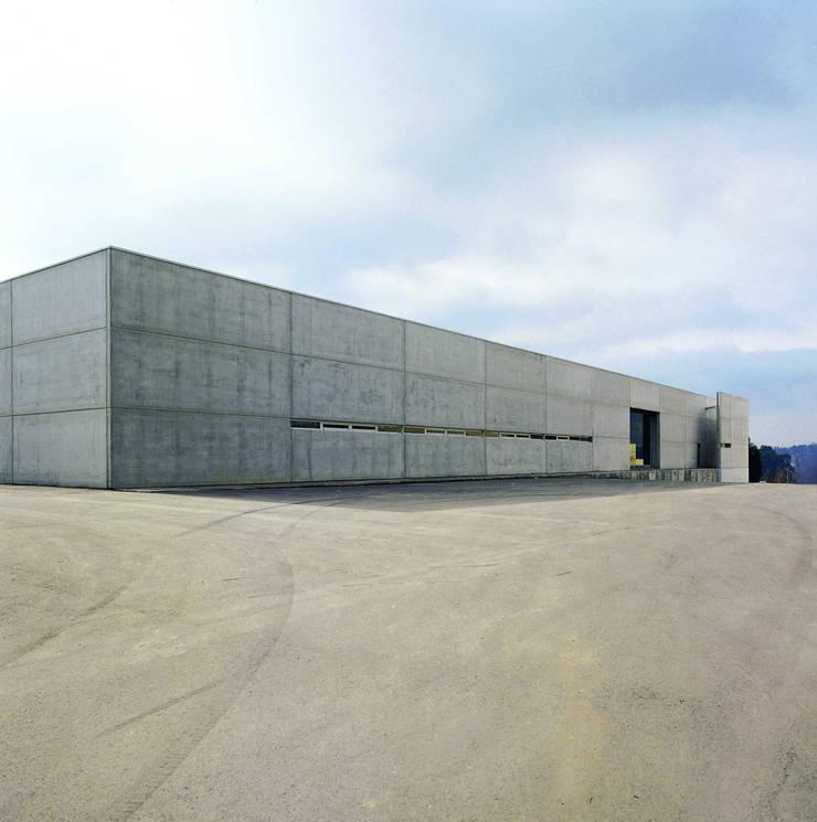 Iduna S.A.: Escritório e loja  por iduna