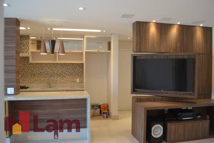 Sala de Estar - Finalizado: Salas de estar  por LAM Arquitetura   Interiores