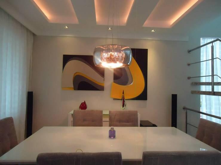 CASA DUPLEX SÃO GONÇALO: Salas de jantar  por Claudia Fonseca Designer de Interiores
