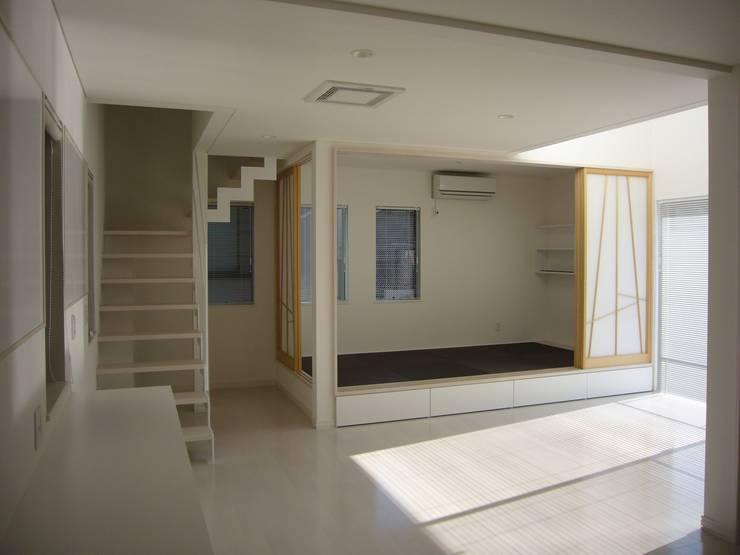光と空間の家: 株式会社北海道ハウスが手掛けたリビングです。