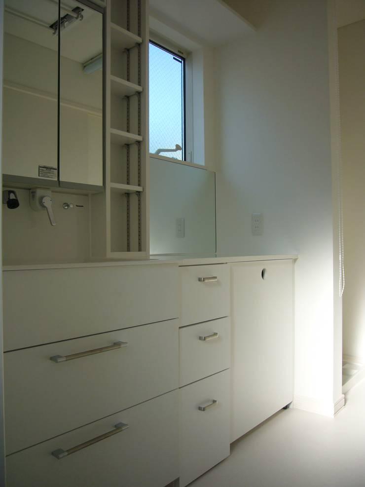 光と空間の家: 株式会社北海道ハウスが手掛けた浴室です。
