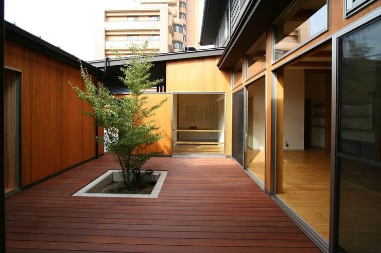 中庭: 遠藤知世吉・建築設計工房が手掛けたテラス・ベランダです。,