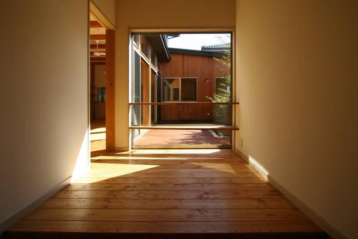 ホール: 遠藤知世吉・建築設計工房が手掛けた廊下 & 玄関です。,
