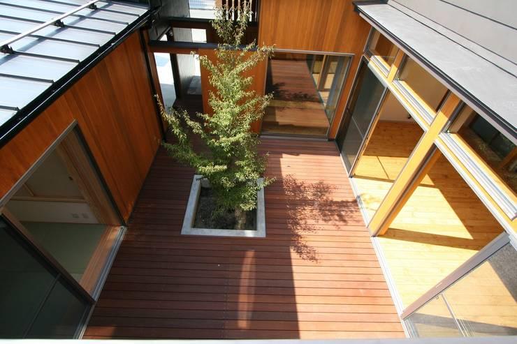 中庭デッキ: 遠藤知世吉・建築設計工房が手掛けたテラス・ベランダです。,