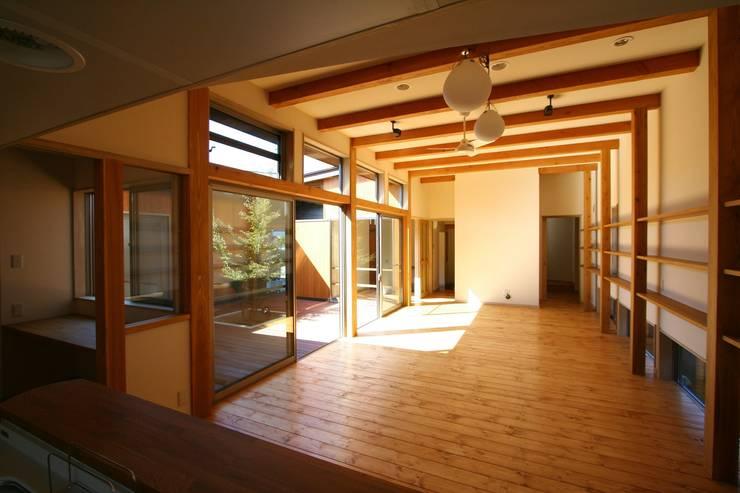 居間と中庭: 遠藤知世吉・建築設計工房が手掛けたダイニングです。,