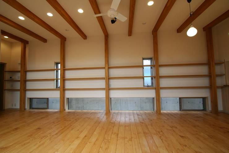 居間の窓: 遠藤知世吉・建築設計工房が手掛けたリビングです。,