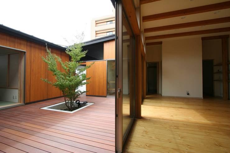 居間と中庭: 遠藤知世吉・建築設計工房が手掛けたテラス・ベランダです。,