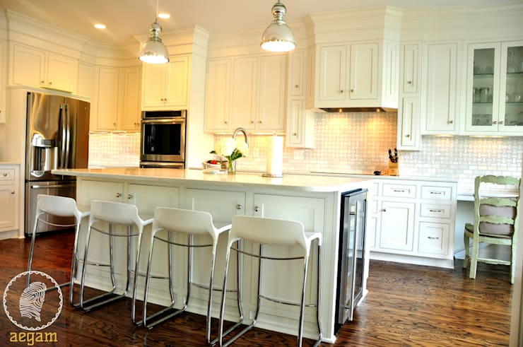 "Modern ""Classic White"" themed Home :  Kitchen by Aegam,Modern"