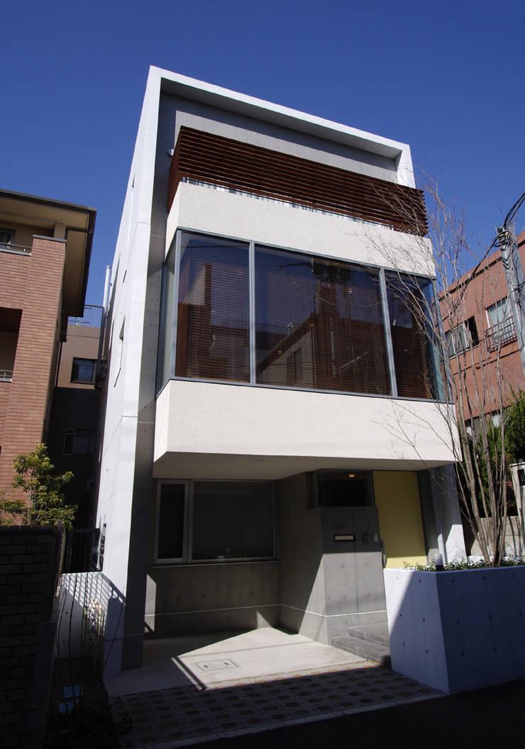 都心の家 N邸: 細江英俊建築設計事務所が手掛けた窓です。,