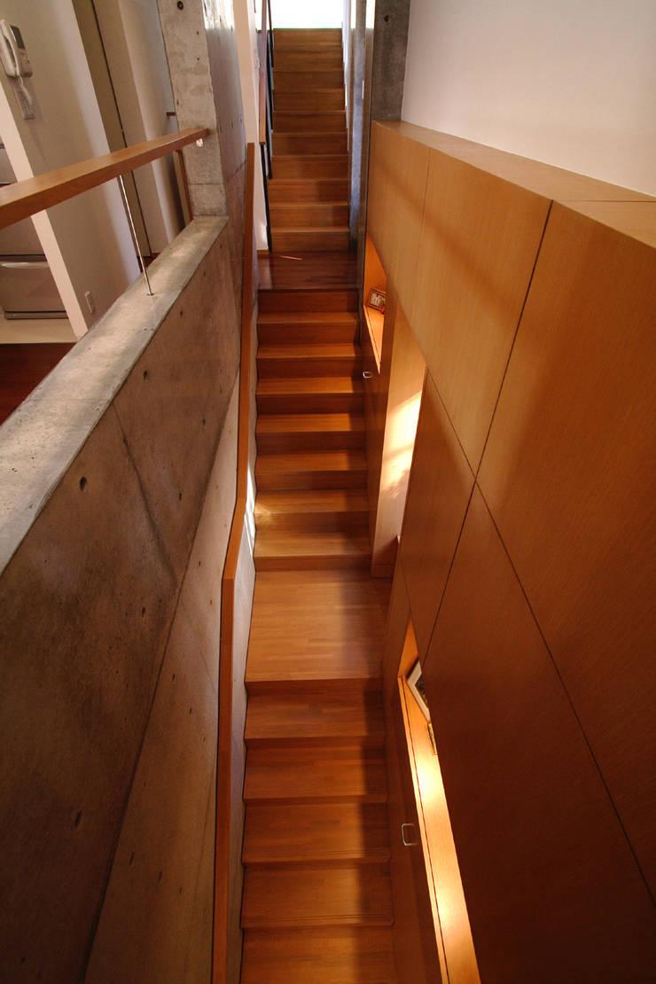 都心の家 N邸: 細江英俊建築設計事務所が手掛けた廊下 & 玄関です。,
