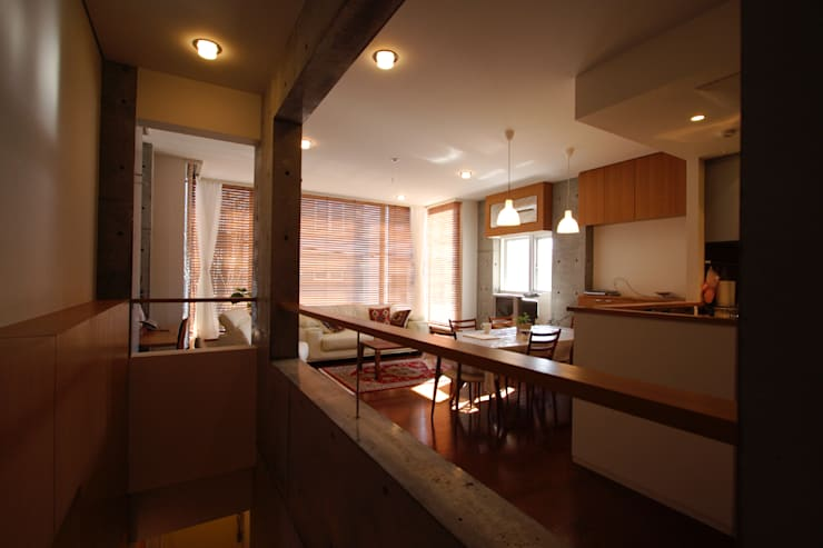 都心の家 N邸: 細江英俊建築設計事務所が手掛けたリビングです。,