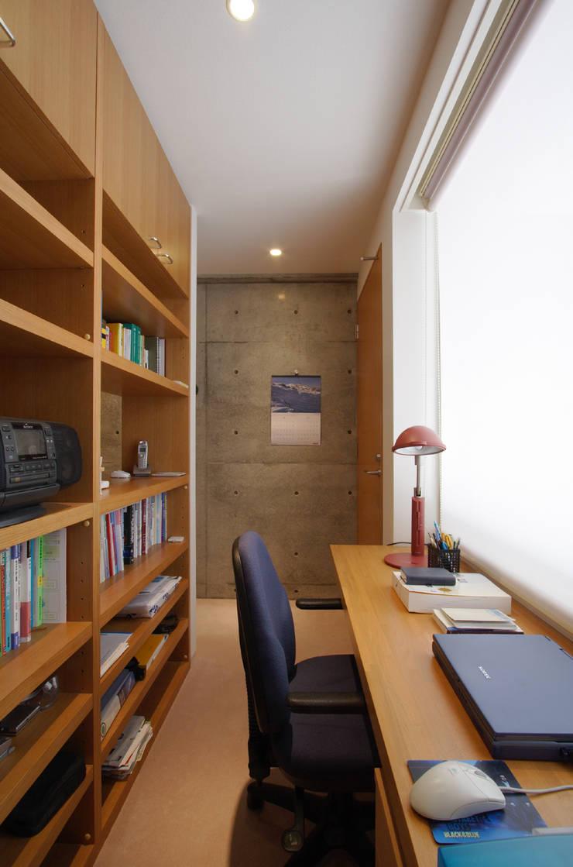 都心の家 N邸: 細江英俊建築設計事務所が手掛けた書斎です。,