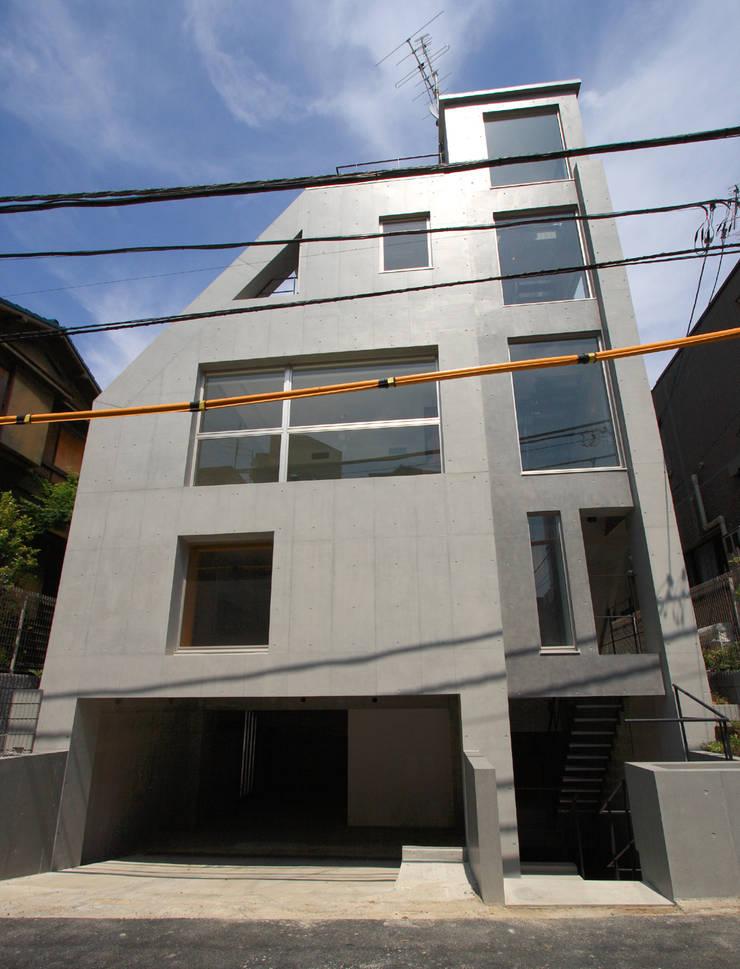 都心の家 A邸: 細江英俊建築設計事務所が手掛けた窓です。