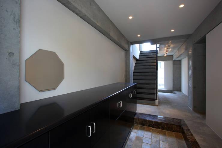 都心の家 A邸: 細江英俊建築設計事務所が手掛けた廊下 & 玄関です。