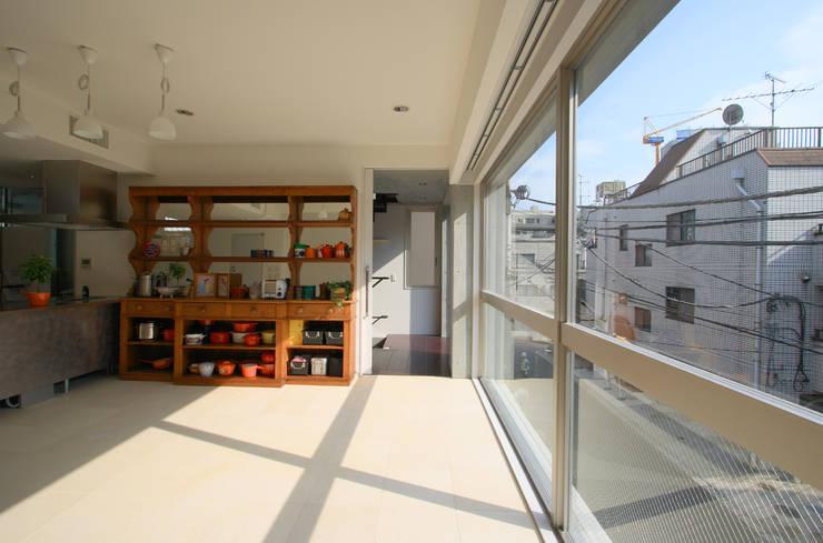 都心の家 A邸: 細江英俊建築設計事務所が手掛けたリビングです。