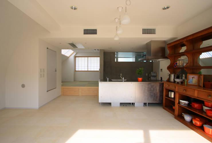 都心の家 A邸: 細江英俊建築設計事務所が手掛けたキッチンです。