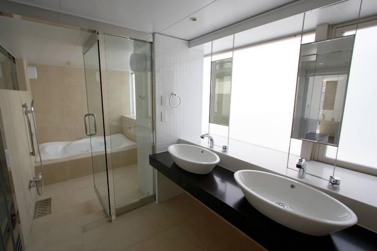 都心の家 A邸: 細江英俊建築設計事務所が手掛けた浴室です。
