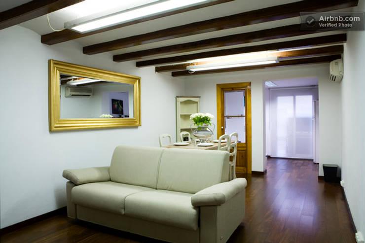 Salón comedor:  Living room by Upper Design by Fernandez Architecture Firm