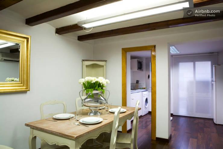 Comedor abierto a la cocina y salón:  Dining room by Upper Design by Fernandez Architecture Firm