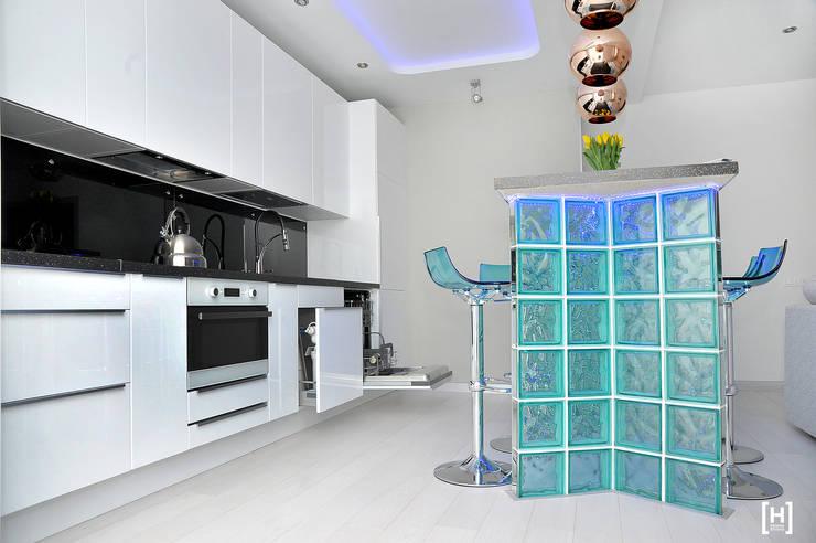 Kitchen by Hunter design, Minimalist Glass