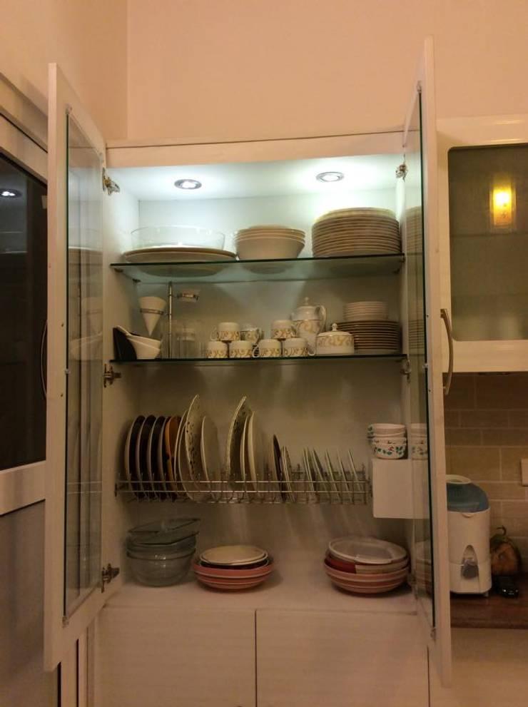Contemporary Island Kitchen with White background :  Kitchen by HCD DREAM Interior Solutions Pvt Ltd