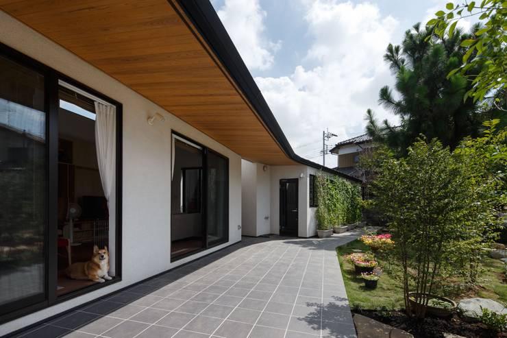 庭と繋がるテラスハウス: アトリエグローカル一級建築士事務所が手掛けた家です。,北欧