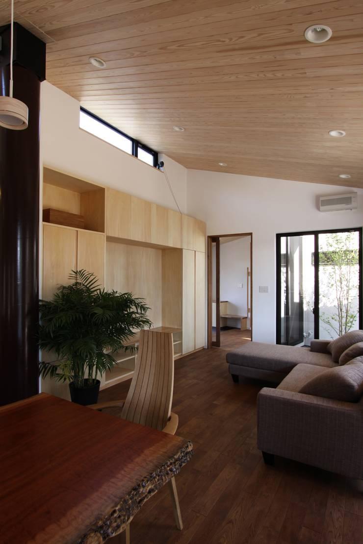 庭と繋がるテラスハウス: アトリエグローカル一級建築士事務所が手掛けたリビングです。,北欧