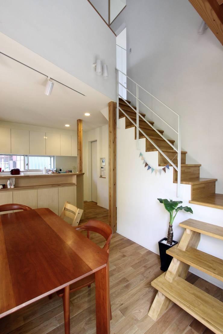 風が通り抜ける家 : アトリエグローカル一級建築士事務所が手掛けた廊下 & 玄関です。,