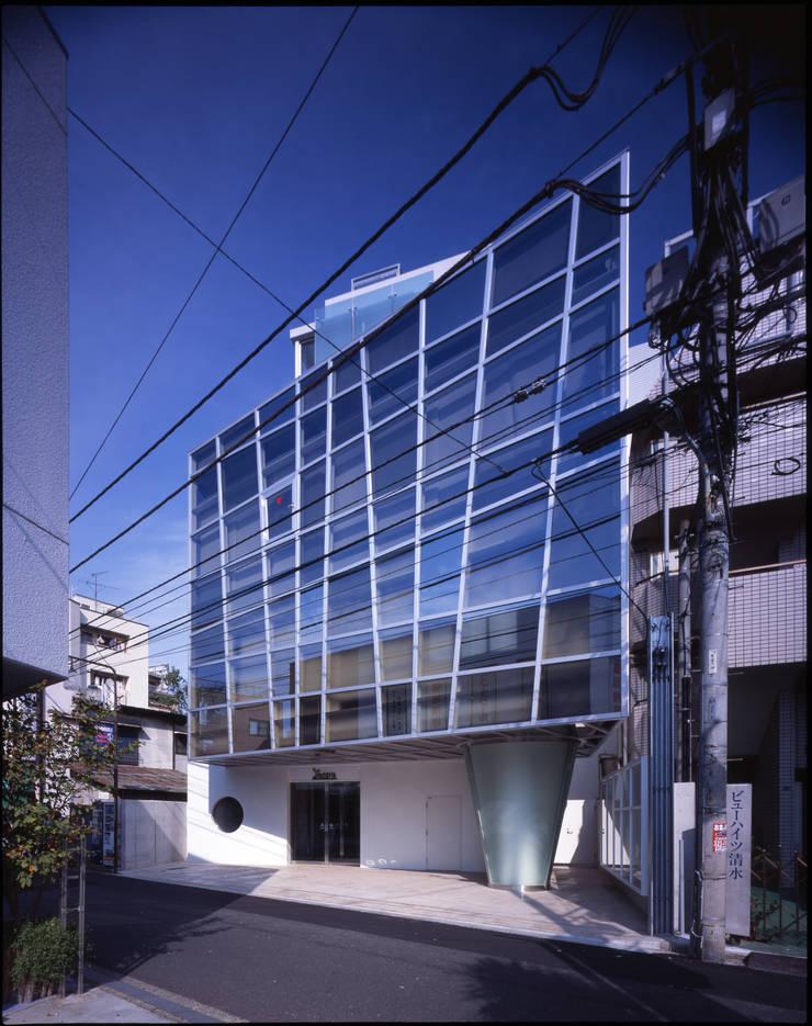 西側外観: Guen BERTHEAU-SUZUKI  Co.,Ltd.が手掛けたオフィスビルです。,