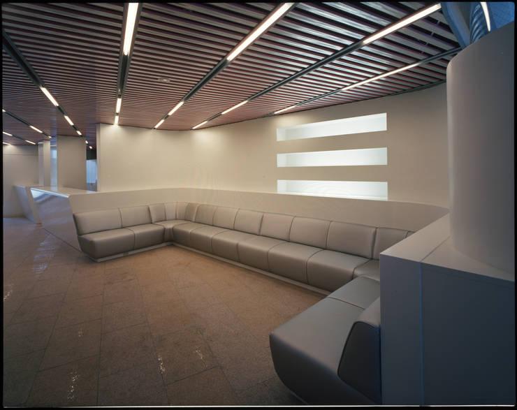1階待ち合いコーナー: Guen BERTHEAU-SUZUKI  Co.,Ltd.が手掛けたオフィスビルです。,