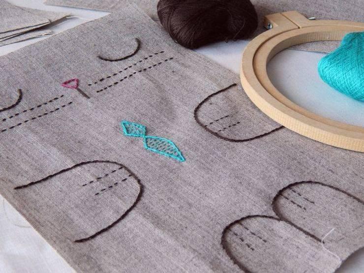 Que sepa coser, que sepa bordar… : Dormitorios de estilo clásico por Almacén Feliz