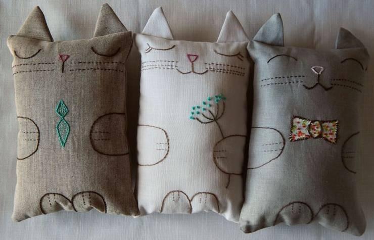 Que sepa coser, que sepa bordar… : Dormitorios infantiles  de estilo  por Almacén Feliz