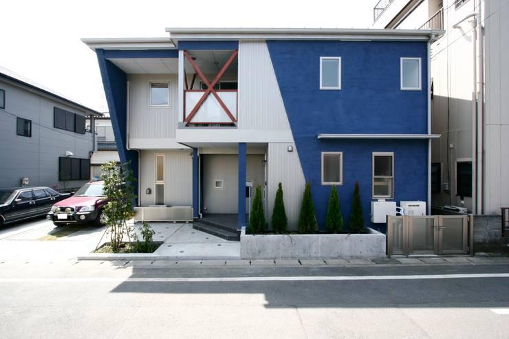 青い舎: MAKI SPACE DESIGNが手掛けた家です。,