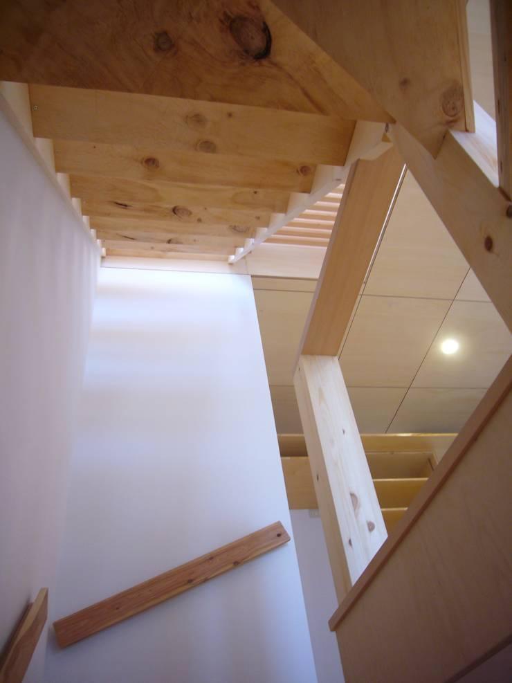Pasillos, vestíbulos y escaleras modernos de 小形徹*小形祐美子 プラス プロスペクトコッテージ 一級建築士事務所 Moderno
