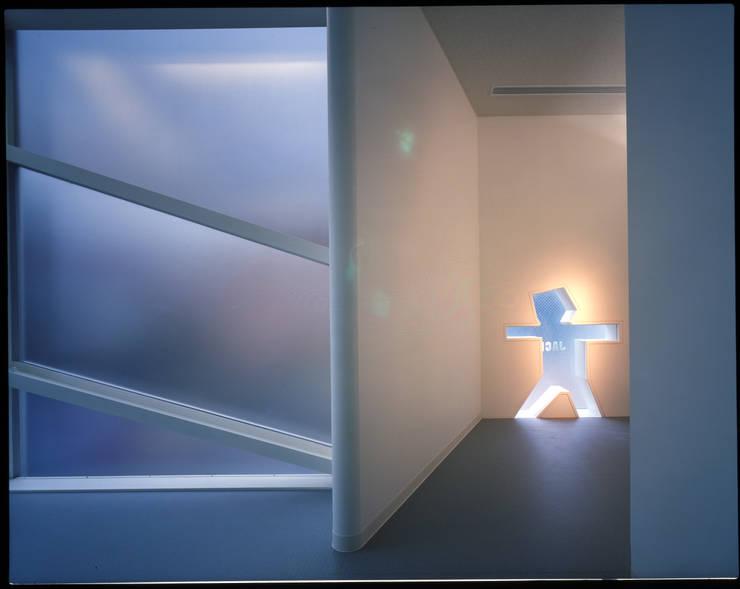男子更衣室: Guen BERTHEAU-SUZUKI  Co.,Ltd.が手掛けたオフィスビルです。,