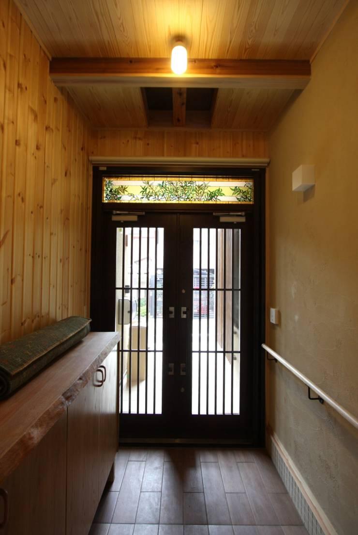 玄関: 竹内村上ATELIERが手掛けた廊下 & 玄関です。,