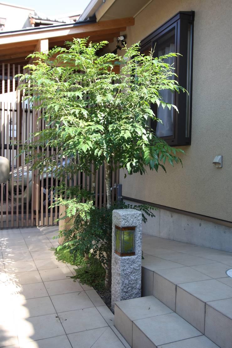 アプローチ石柱: 竹内村上ATELIERが手掛けた廊下 & 玄関です。,