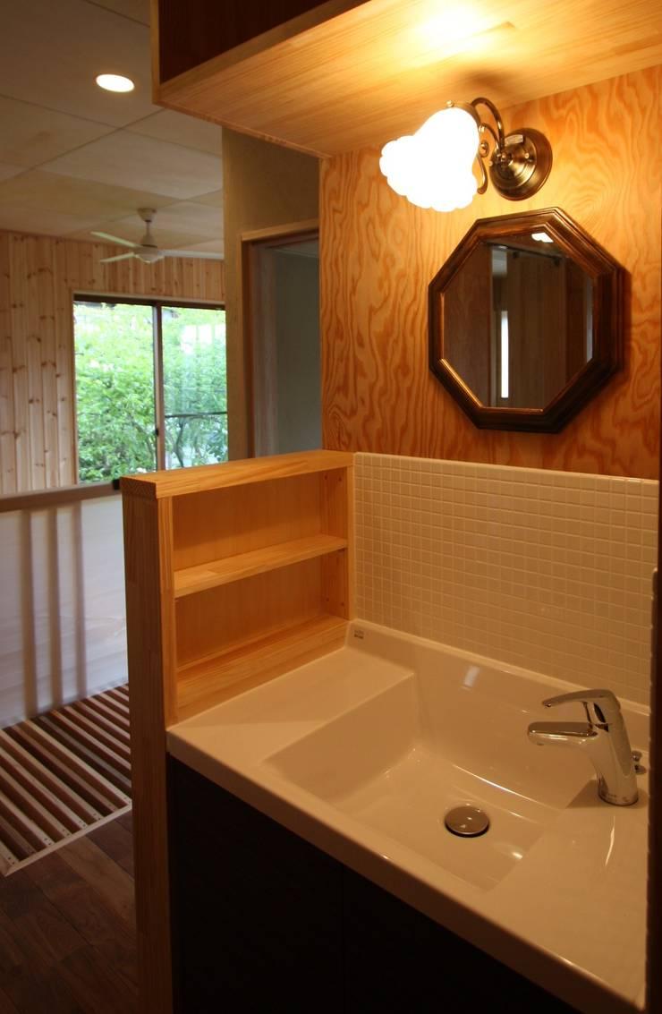 2階洗面: 竹内村上ATELIERが手掛けた浴室です。,