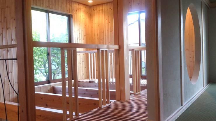 2階吹抜: 竹内村上ATELIERが手掛けた廊下 & 玄関です。,
