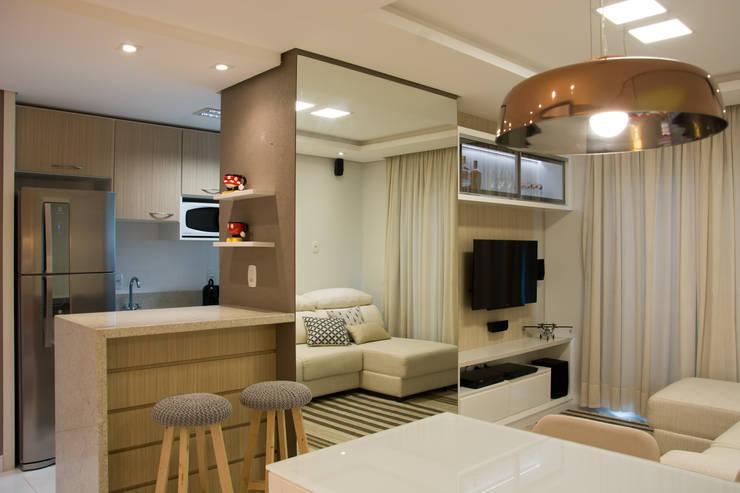 Pequenos espaços para convívio social em casa: Salas de estar  por ARQ Ana Lore Burliga Miranda