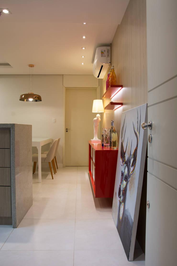 Hall de entrada de pequeno apartamento residencial: Corredores e halls de entrada  por ARQ Ana Lore Burliga Miranda