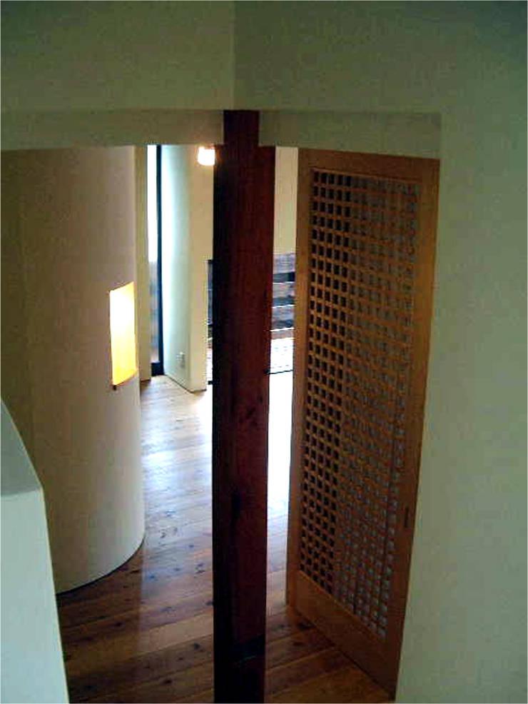 家の中心部分: 渡邉意匠が手掛けた廊下 & 玄関です。